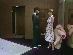 سبزه بدن بهترین بازی های سکسی جهان آبدار خود را در دستشویی نوازش می کند
