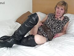 دختر جوراب ساق بلند روی بهترین سکس های جهان یک کاناپه سفید