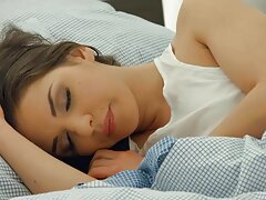 زن زیبا با جوراب بهترین کانال سکسی دنیا های سفید روی یک کاناپه با یک پسر بلند می شود