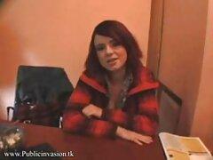 دختری با لبهای بهترین سایتهای سکسی جهان گربه ای کرمی روی دیک بلند نشسته است