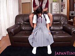 بالغ پاهای بهترین سایت سکسی جهان زیبا را روی صندلی نشان می دهد